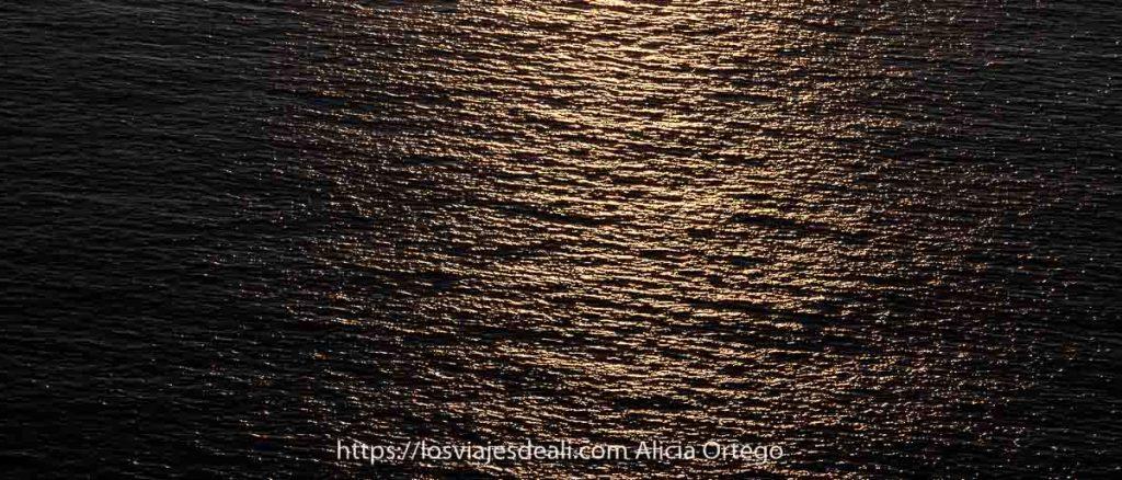 reflejos del sol poniente en el agua del mar atardeceres del mundo