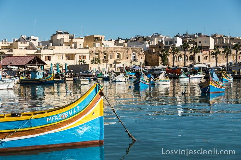puerto antiguo de Marksaxlokk con barca de colores en primer plano anclada en el agua