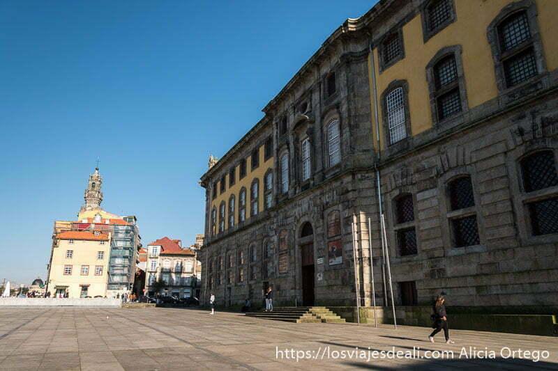 fachada de piedra del centro portugués de fotografía lugares que ver en Oporto