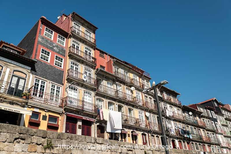 casas de colores con balcones de hierro en la ribeira de oporto