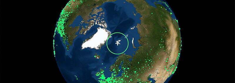 Pantalla de Radio Garden para viajar desde casa con la imagen de planeta tierra con puntitos verdes que señalan las emisoras de radio