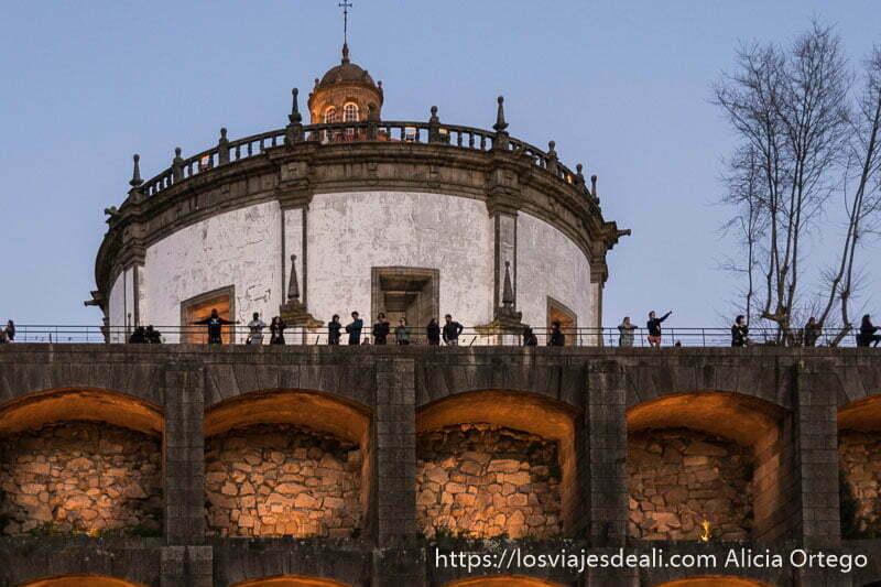 guía de oporto: gente viendo el atardecer en el monasterio de la serra do pilar