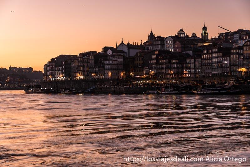 atardecer en Oporto desde Vilanova de Gaia con luces encendidas en las casas