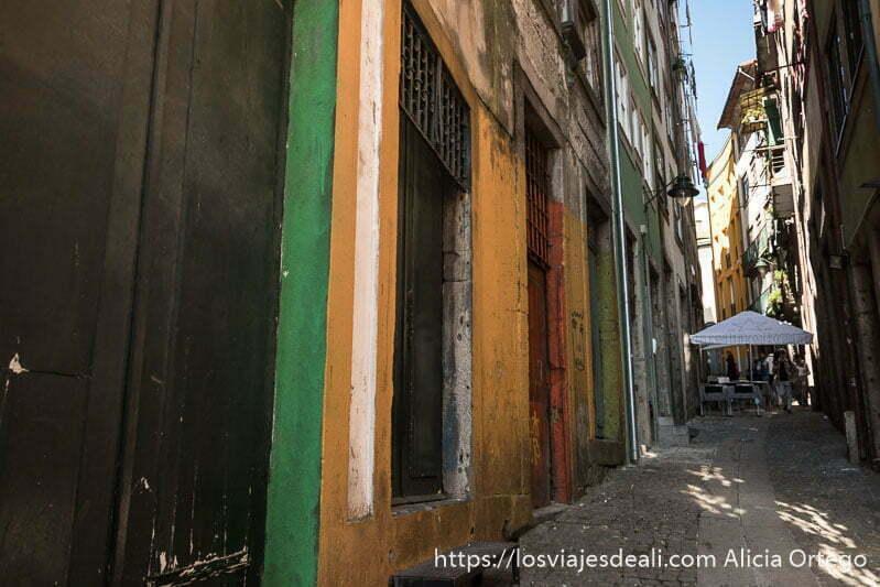 calle estrecha de Oporto con fachada pintada de colores