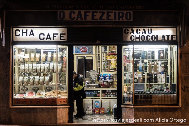 escaparate de tienda de café y chocolate en oporto por la noche iluminada