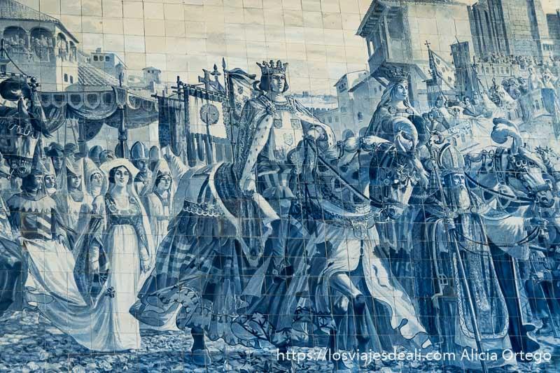 rey y reina montados a caballo con obispo entre ellos y damas de la corte andando detrás entrando en la ciudad de oporto en los azulejos de la estación de são bento