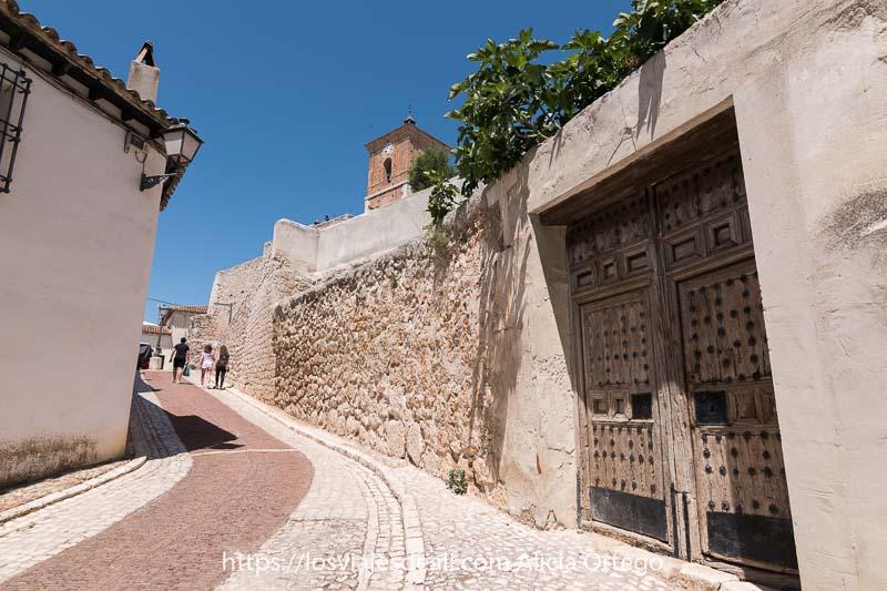 calle de chinchón que sube hacia la torre del reloj