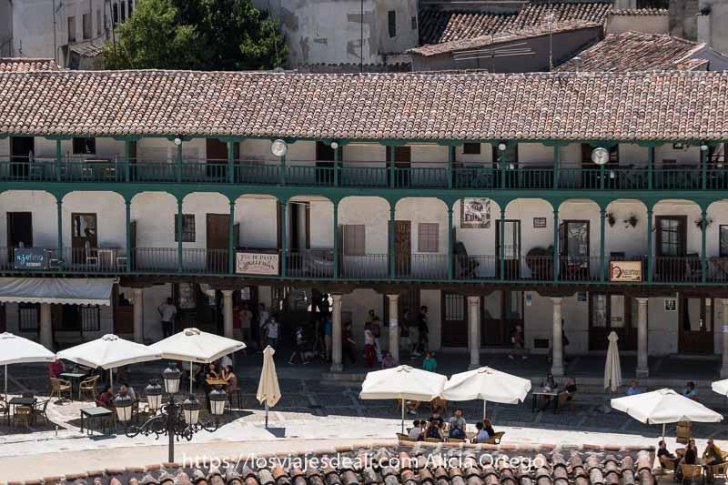 detalle de la plaza mayor desde arriba con sus balcones verdes