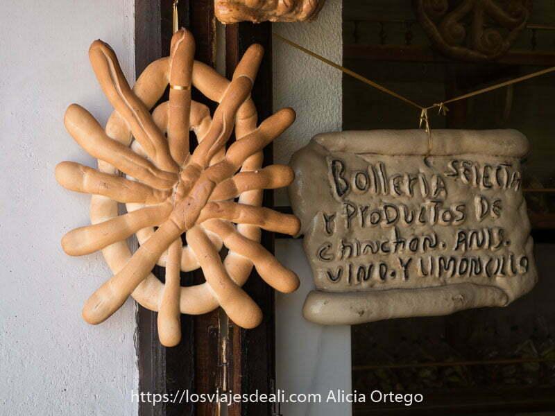 pan con forma de timón de barco colgado de puerta de panadería