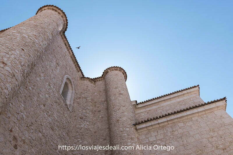 muros con torres defensivas de la iglesia de colmenar de oreja vistos desde abajo
