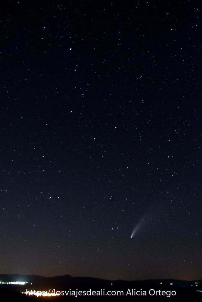 cometa neowise en el cielo debajo de la osa mayor
