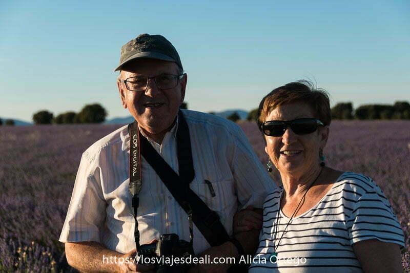 fotos del verano: mis padres en un campo de lavanda al atardecer sonriendo a la cámara