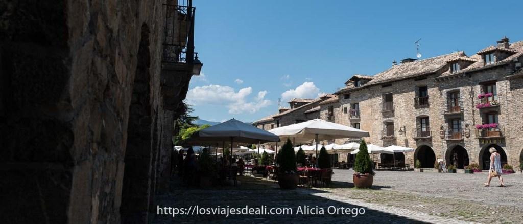plaza mayor de Aínsa con casas de piedra con soportales en forma de arco