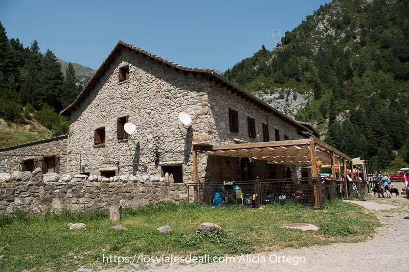 refugio de Bujaruelo con paredes de piedra y porche de madera
