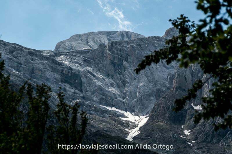 montañas de pura roca con grandes pliegues y restos de nieve en el Pirineo aragonés
