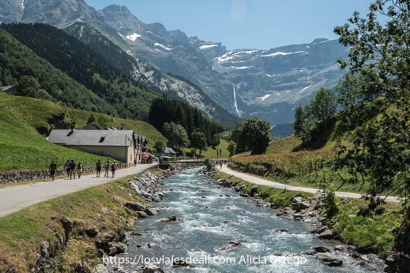 inicio del camino junto al río con el circo de gavarnie y la cascada al fondo