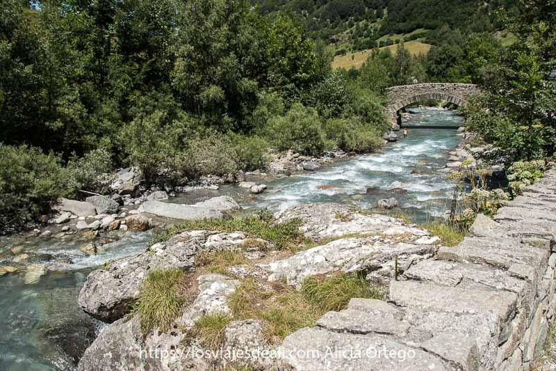 puente de piedra con río del Circo de Gavarnie y vegetación a los lados