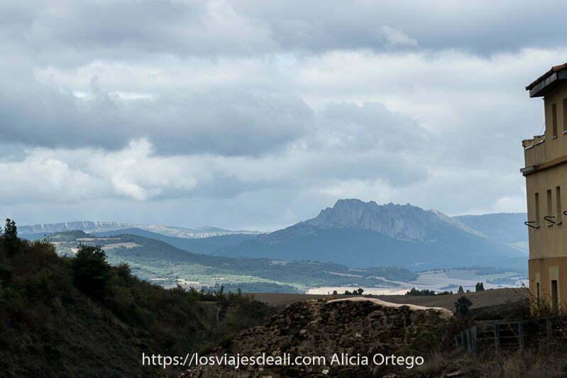 paisaje de montañas con nubes desde Añana