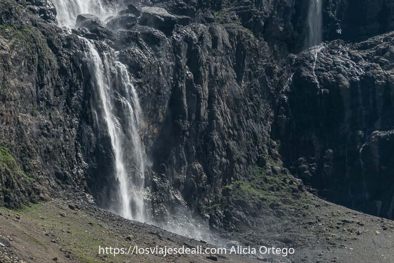 parte inferior de la gran cascada estrellándose sobre las rocas y un poco más allá otra cascada