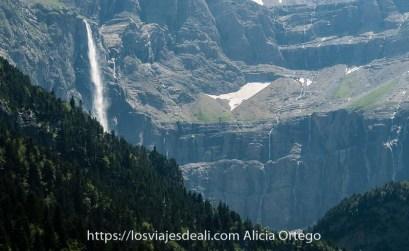 circo de gavarnie con la gran cascada y bosques de pinos en el valle anterior