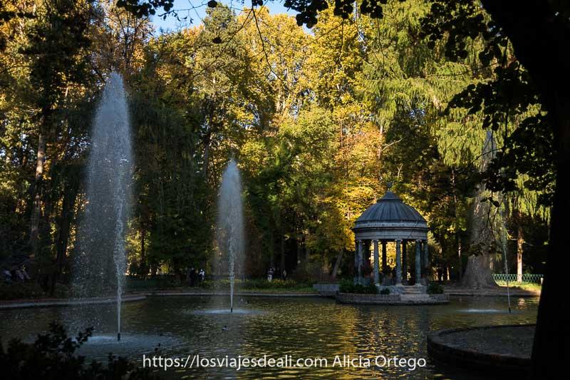estanque de los chinescos con templete neoclásico y dos chorros de agua entre árboles de otoño en Aranjuez