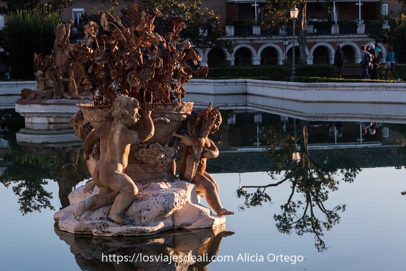 estatua rococó en estanque del palacio real de Aranjuez