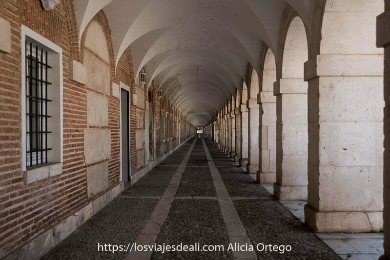 soportales de dependencias anexas al palacio real con techo de bóvedas