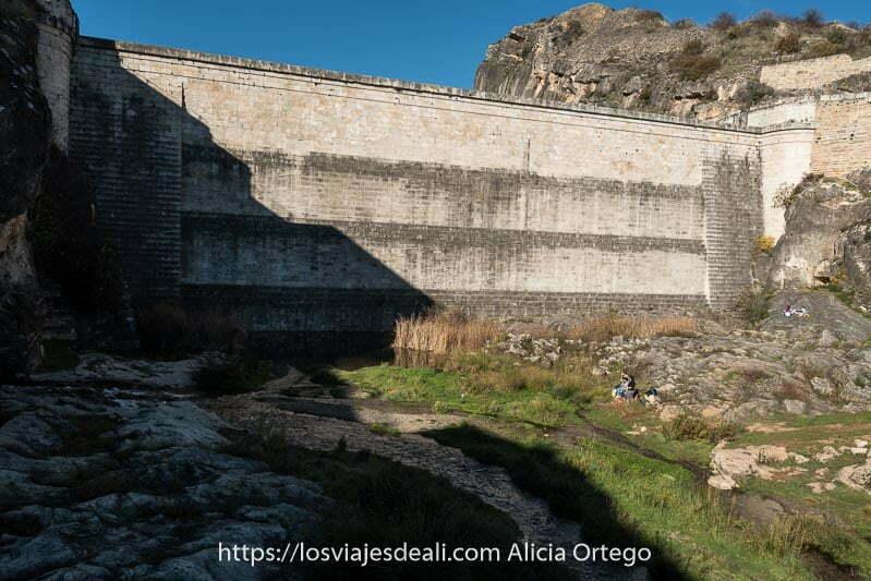 muro de la presa del pontón de la oliva