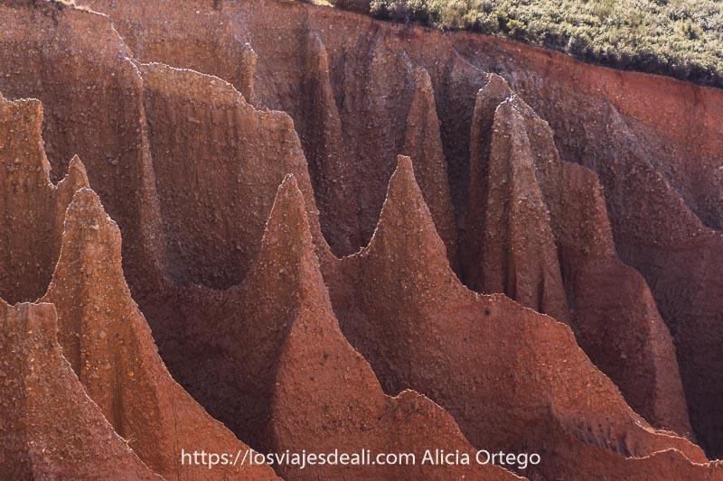 torres puntiagudas de arcilla y piedras de color rojizo
