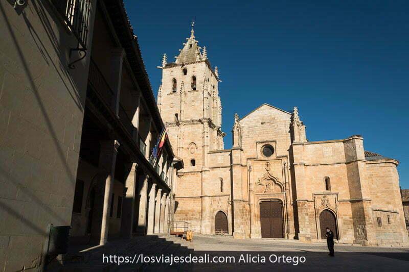 iglesia barroca de torrelaguna con ayuntamiento al lado en un día con mucho sol