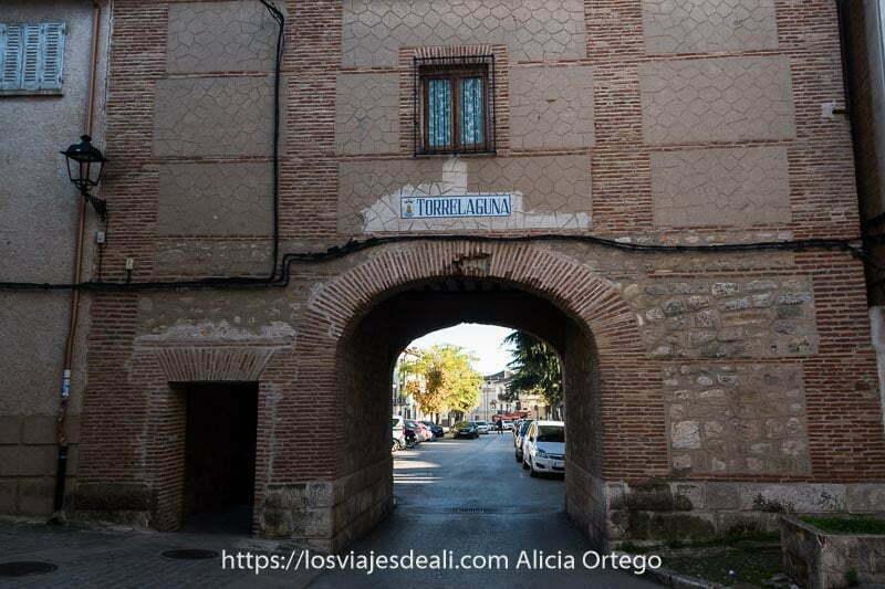 arco de paso en torrelaguna en fachada de ladrillo visto