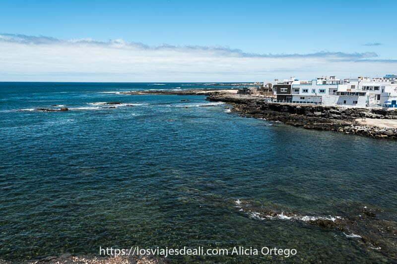 vista del litoral de El Cotillo con rocas volcánicas y aguas transparentes