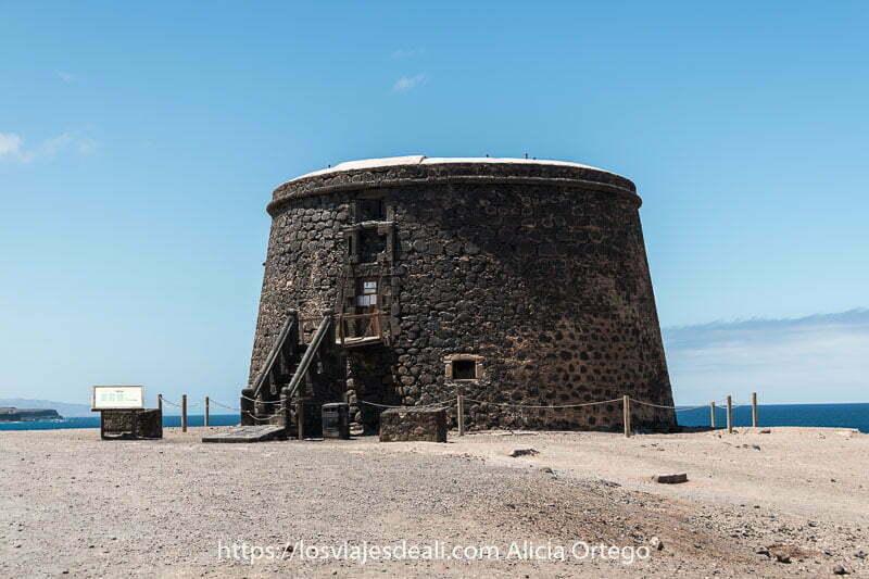 castillo de El Tostón hecho con piedra volcánica