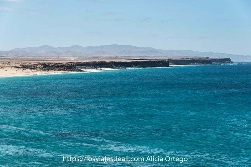 paisaje de la costa con acantilados interrumpidos por playas de arena blanca y mar turquesa