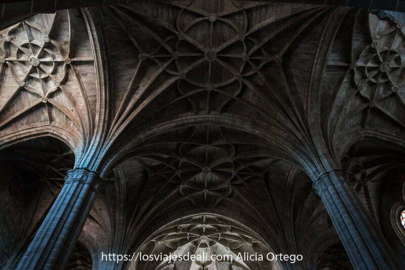 columnas estriadas y bóvedas de crucería muy altas en el convento de san benito