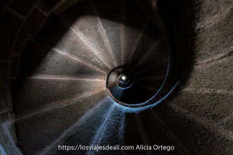 escalera de caracol perfecta de piedra vista desde abajo