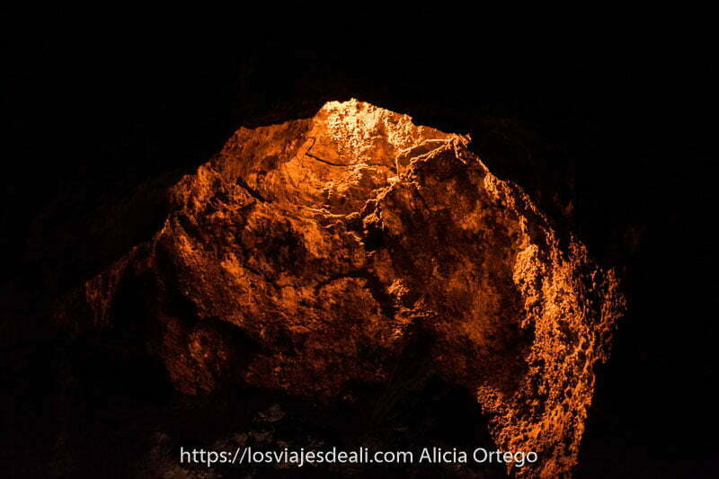 bóveda natural de la cueva de los verdes por donde entra luz amarilla