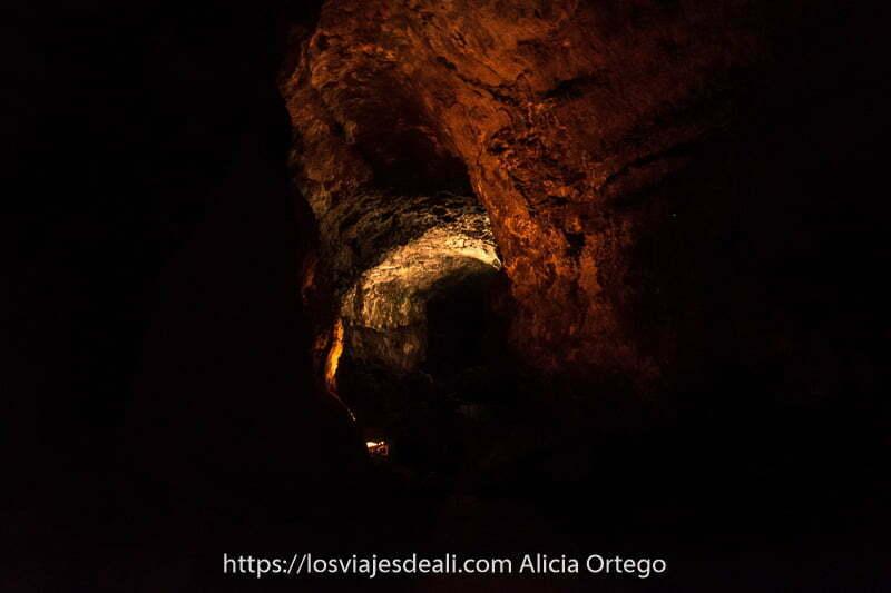 túnel de la cueva iluminado tenuemente con color rojizo