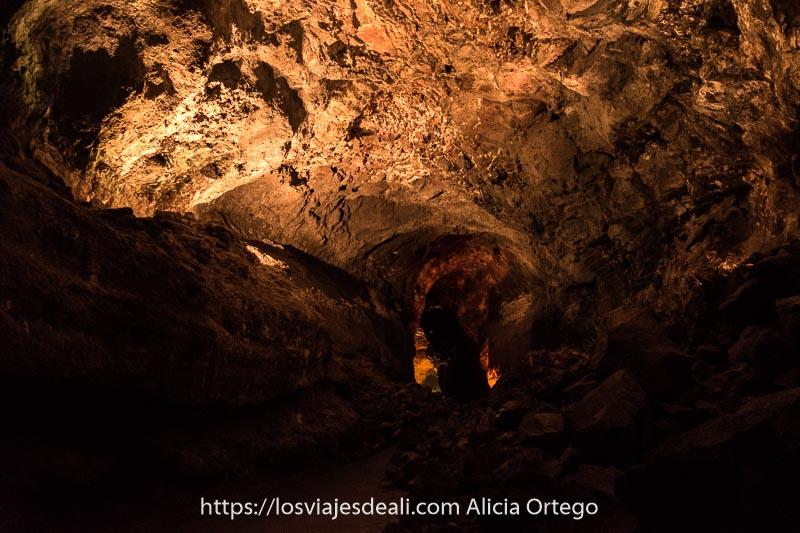 túnel de piedra iluminado tenuemente en la cueva de los verdes de lanzarote