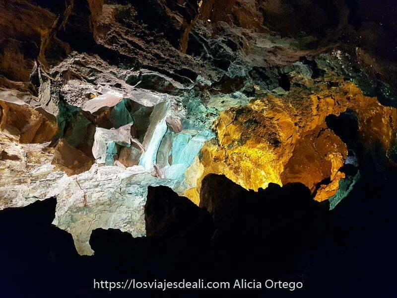 rocas irregulares iluminadas con tonos amarillos y verde claro