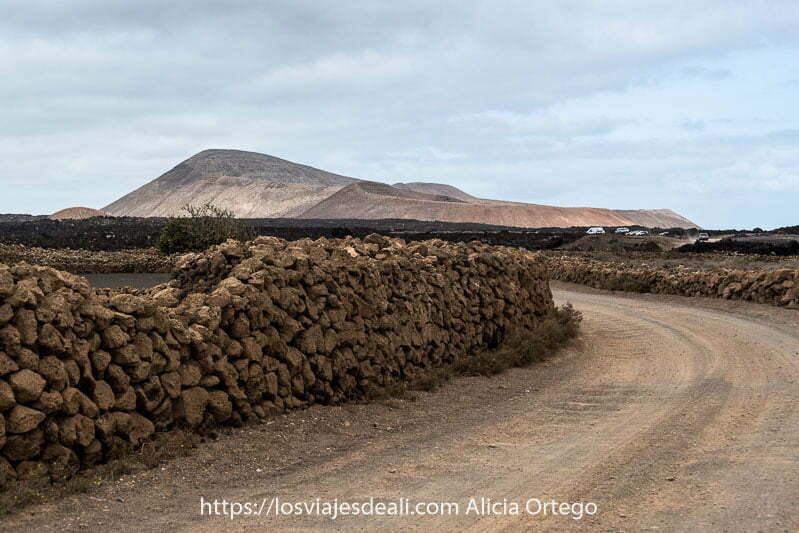 comienzo de la ruta de la caldera blanca con los volcanes al fondo para practicar senderismo en lanzarote
