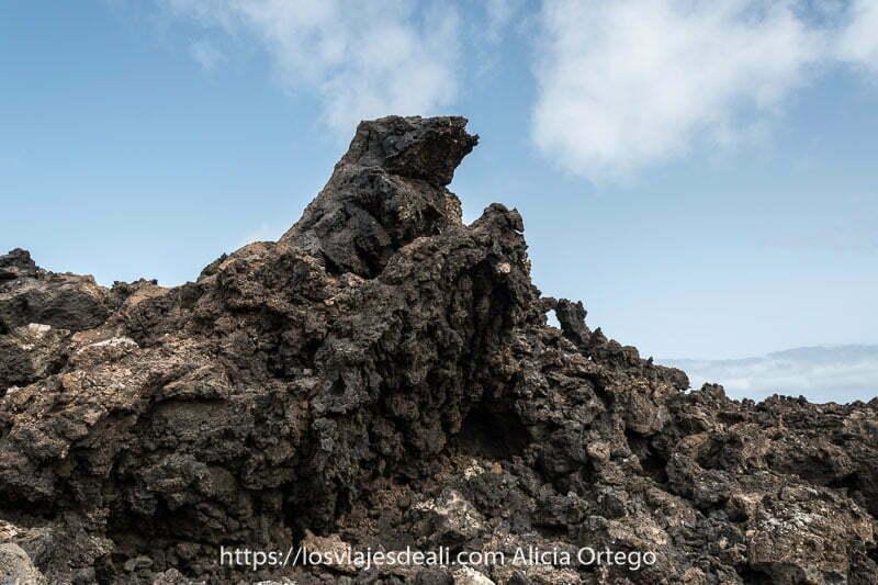 lava negra alzada como si fuera una ola en la ruta de la caldera blanca de lanzarote