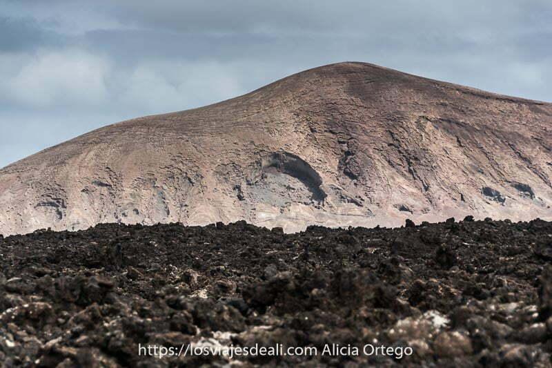 volcán de color beige y rojo