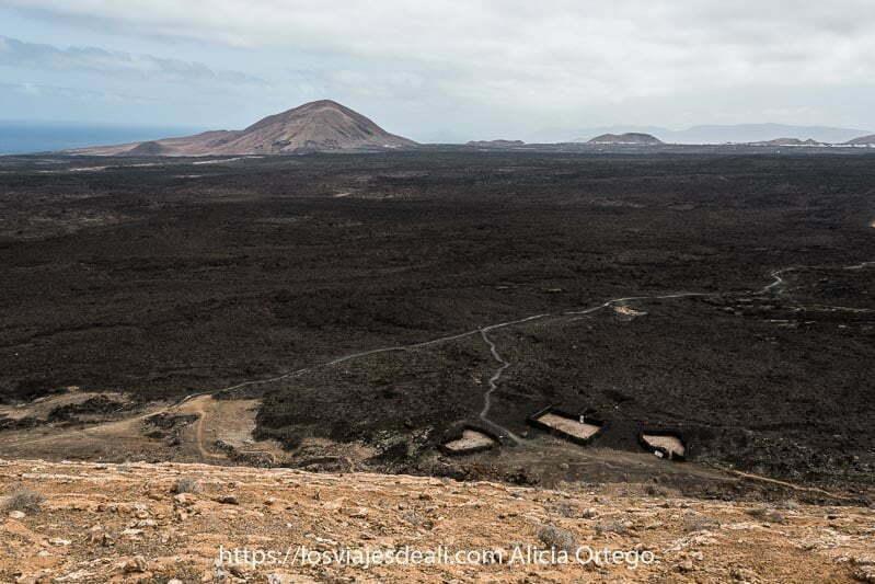 vistas desde lo alto de la caldera blanca con mar de lava negra