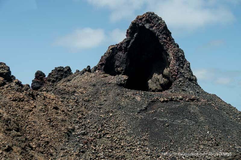 cráter con forma de cono invertido y frente abierto como si fuera una construcción humana