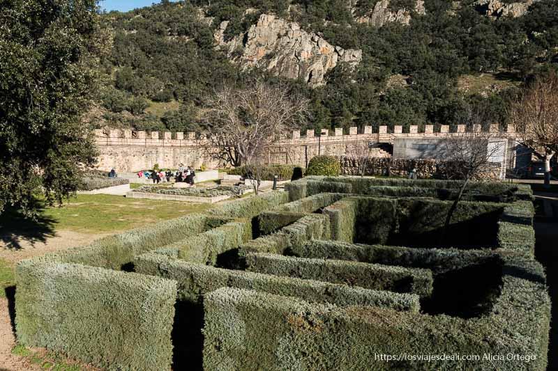 jardín medieval con la muralla con almenas de Buitrago del Lozoya
