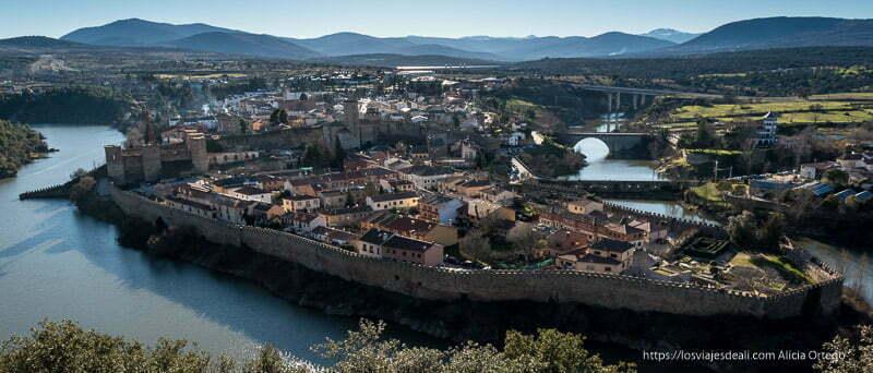 panorámica de buitrago del lozoya desde el mirador con toda la muralla rodeando al pueblo