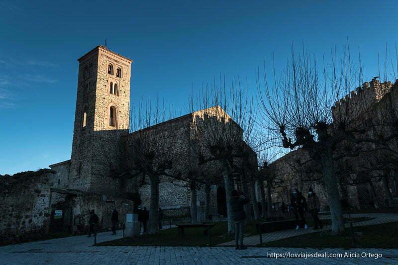 iglesia de Buitrago del Lozoya con placita al lado