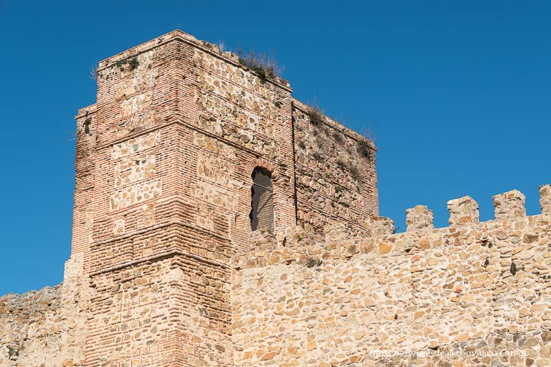 torres del antiguo castillo o ventana con arco neomudéjar