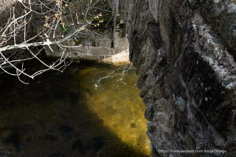 arroyo de canencia con agua limpia visto desde arriba del puente